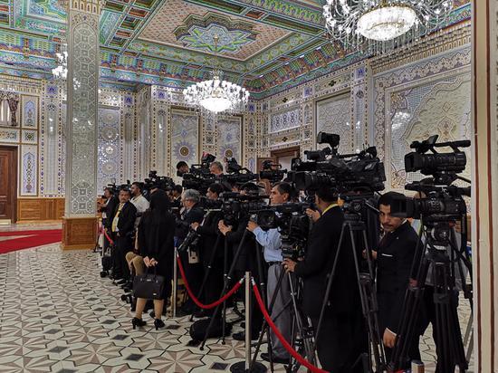 △见证领导人。会面和握手的各国记者。(央视记者杨立峰拍摄)