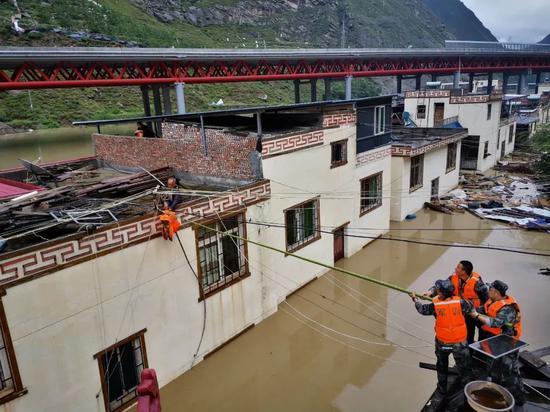 某地农村发生山洪泥石流灾害 ,救援人员为受灾群众送去救生衣 余羌 摄