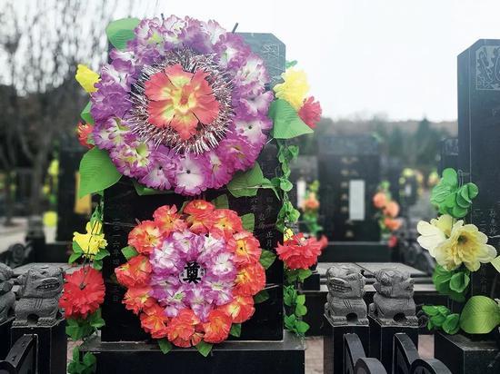 陕西省咸阳市郊五陵故园内的魏则西墓碑。摄影/本刊记者 杜玮