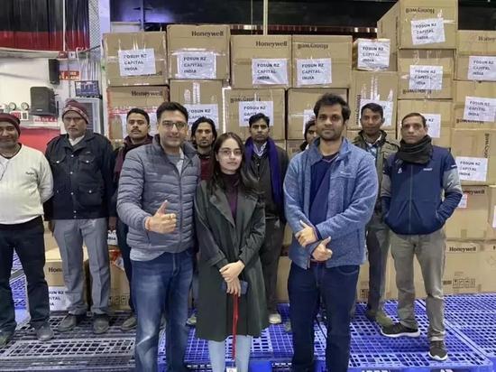 复星锐正印度团队和复星投资的印度最大物流企业Delhivery正在装运10万件口罩