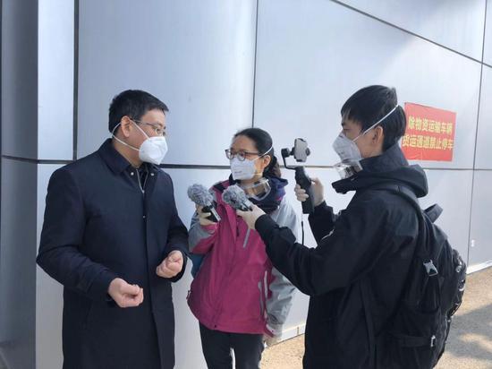 武汉市常务副市长胡亚波接受总台央广记者郭静、肖源的采访