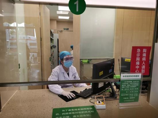 佛山禅城区中央医院药房员工坚守岗位