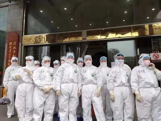 武汉济和医院医护人员身着防护服投入防疫做事中