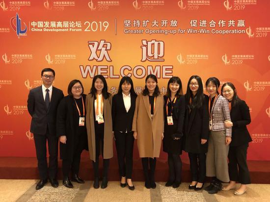 王雪和外方组同事们在2019中国发展高层论坛
