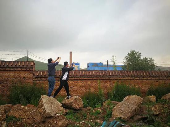 中央第六生态环境珍惜督察组在青海省西宁市甘河工业园现场检查企业废气排放情况