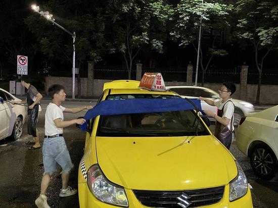二本毕业生的通宵洗车摊:朋友心酸大哭 母亲骗回家考公务员