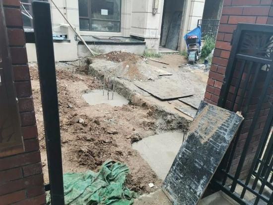 有的别墅砸穿承重墙,向外扩张一米多。