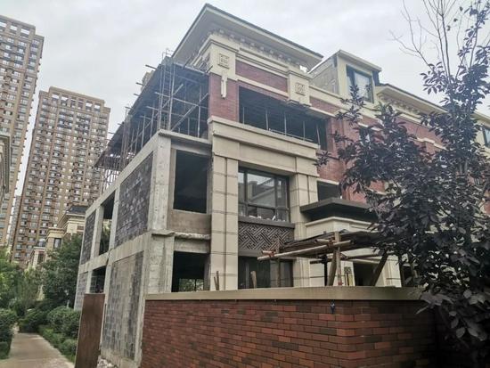 沈阳市大东区柳林二街旭辉东樾城别墅区,一栋别墅正在扩宽增高。