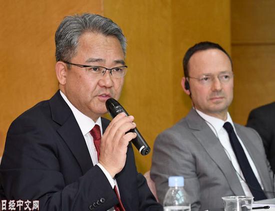 当地时间7日下昼,前卫电子社长森谷(左)与霸菱亚洲CEO出席记者会。图源:日经中文网