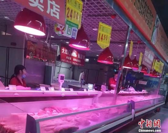 北京市豐臺區某菜市場的豬肉攤。中新網記者 謝藝觀 攝
