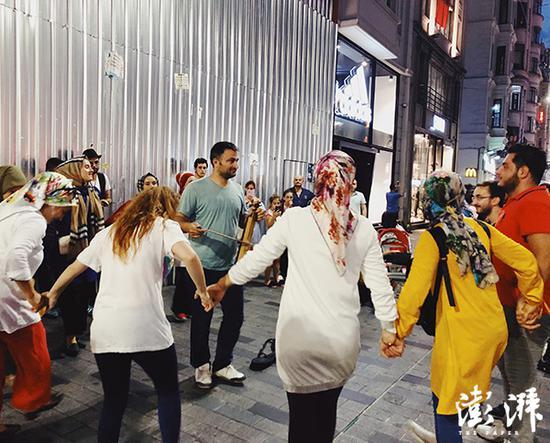 生性乐不都雅坚韧的土耳其人。图为伊斯坦布尔主要商业大街自力大街上跳舞的土耳其人。 澎湃讯息记者 蒋梦莹 摄
