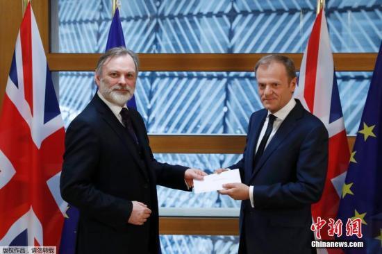 """资料图:当地时间2017年3月29日午间,英国启动""""脱欧""""程序的信函被递交至欧洲理事会主席图斯克手中。由此,英国与欧盟之间的""""分手""""谈判将正式展开。"""