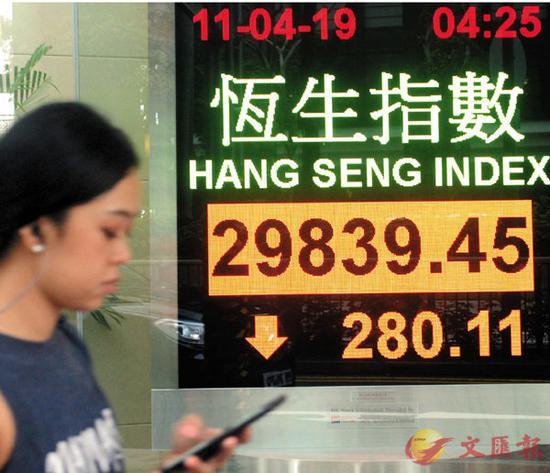 ■港股昨跌穿3万点大关,成交1,200亿元。中新社