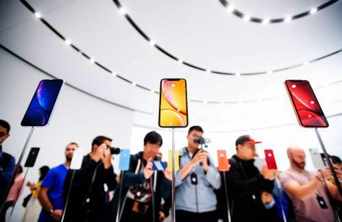 图为苹果公司推出的众款手机。(新华社/法新社)