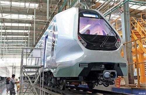 """中车长客轨道股份公司""""中兴号""""生产线。陪同着科技创新,中国制造已经不是矮端制造的代名词,而是添速转型升级,迈向全球价值链中高端。"""