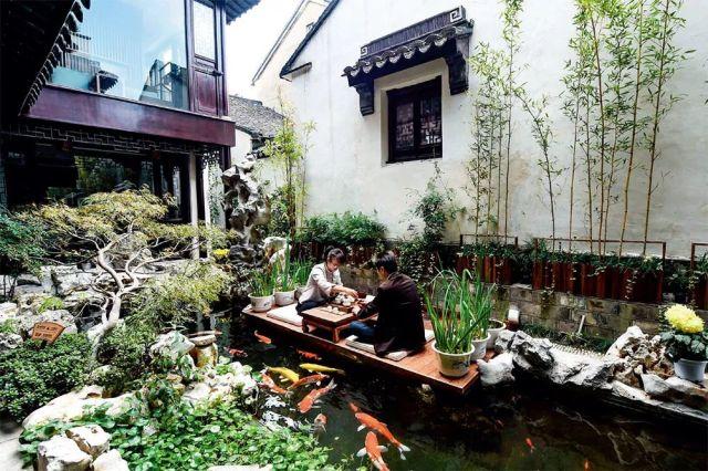 ↑苏州市吴江区同里古镇的一处民宿,游客在喝茶休闲 李博摄