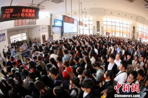 图为郑州火车站内大量等待检票上车的旅客。 周延民 摄