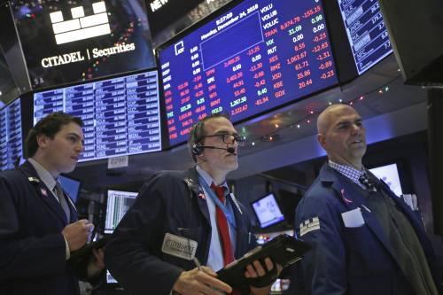 12月24日,营业员在美国纽约证券营业所做事。新华社/美联