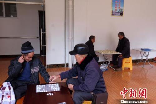 资料图:老人们在下棋。徐学练 摄。