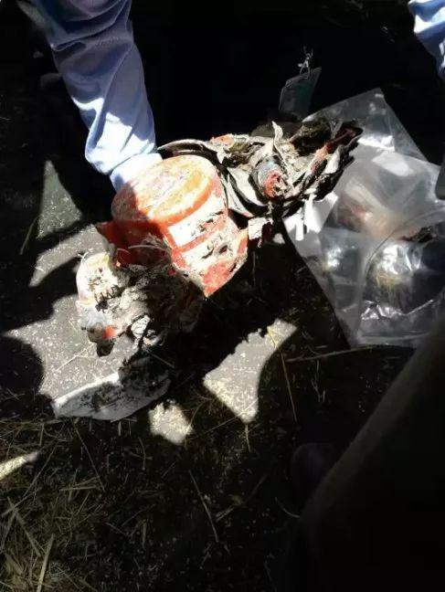 这是3月11日在埃塞俄比亚首都亚的斯亚贝巴附近拍摄的救援人员找到的失事飞机黑匣子。图片来源:新华社