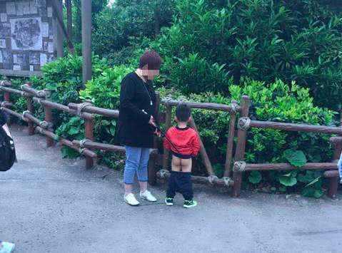 孩子在围栏边小便