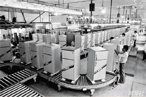 1988 年,年产70 万台电冰箱的广东万宝电器工业公司电冰箱生产线。