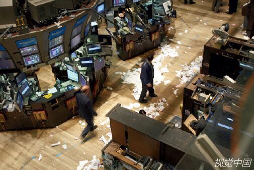 2008年9月29日,纽约股市展现暴跌,道琼斯指数历史性地狂跌777.68点,标准普尔和纳斯达克的跌幅则别离创下1987年和2000年以来的最大单日跌幅。(视觉中国)