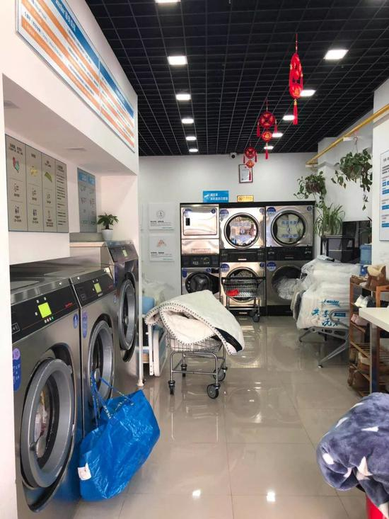 ▲浦东新区消保委志愿者暗访体察洗衣店