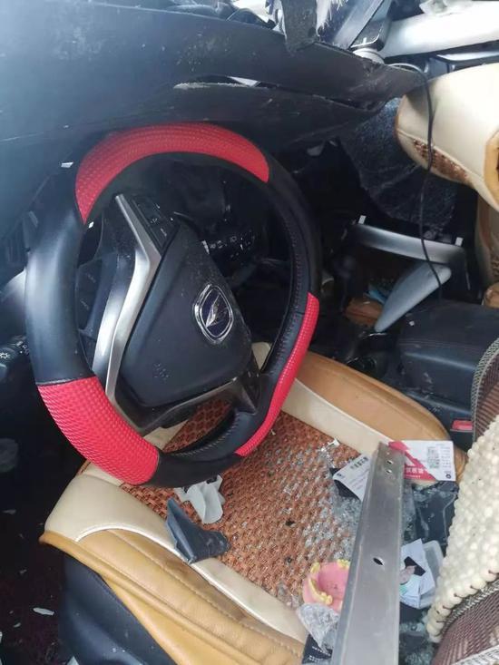▲杨先生车辆被撞后的驾驶室