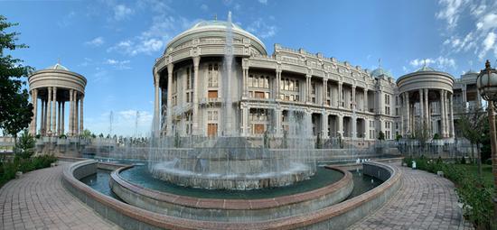 △纳乌鲁兹,塔吉克语意为新年。这座融相符伊斯兰清真寺和塔吉克斯坦民族风格的修建于2009年新年开工建设,2014年7月投入使用。以前9月,这边成。为上相符杜尚别峰会的会场。习主席参添了以前的峰会,并在。会后始次访问塔吉克斯坦。(央视记者石丞拍摄)