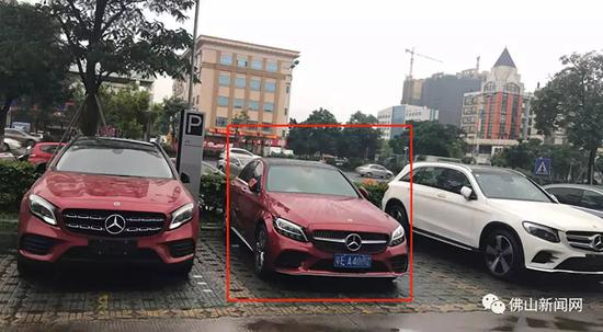 中间的车为萧女士新车