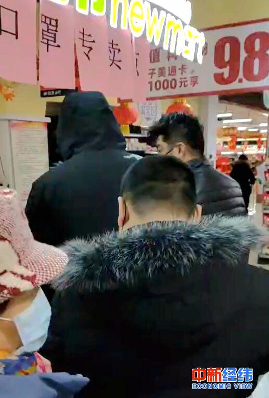 2月4日,物美超市内,消费者排队购买口罩。受访者供图
