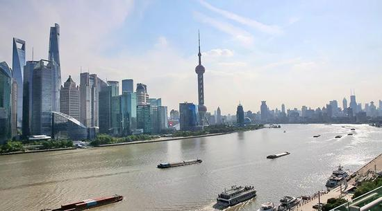 香港游客减少春节期间铜锣湾街边红包铺子少了许多