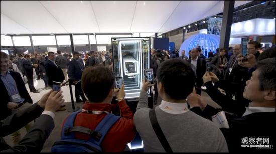 Galaxy Fold仅在橱窗内展示 图自The Verge视频