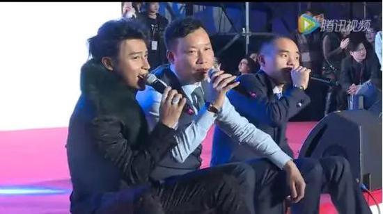 苏氏兄弟与明星陈志朋在年会上合唱(从左往右依次为陈志朋、苏国铭、苏国美)