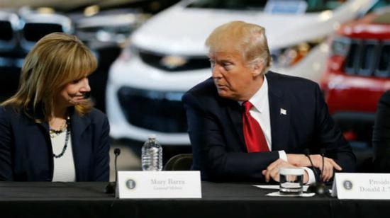 特朗普与通用汽车CEO玛丽·巴拉(Mary Barra,左)