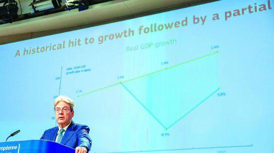 7日,负责经济事务的欧委会委员保罗·真蒂洛尼在位于比利时布鲁塞尔的欧盟委员会总部就欧盟经济预测出席新闻发布会。 新华社/图