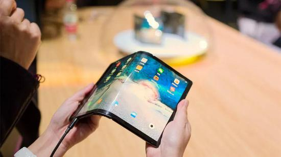 柔宇的发布的世界第一款折叠屏手机