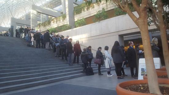 7日早上,离开庭时间还有一小时,法庭门外已经排起了长龙。来源:温哥华头条