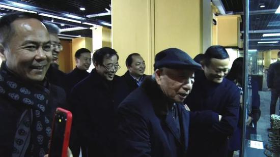 沈国军盛赞徐老,称其为创新精神和匠心精神结合的典范。