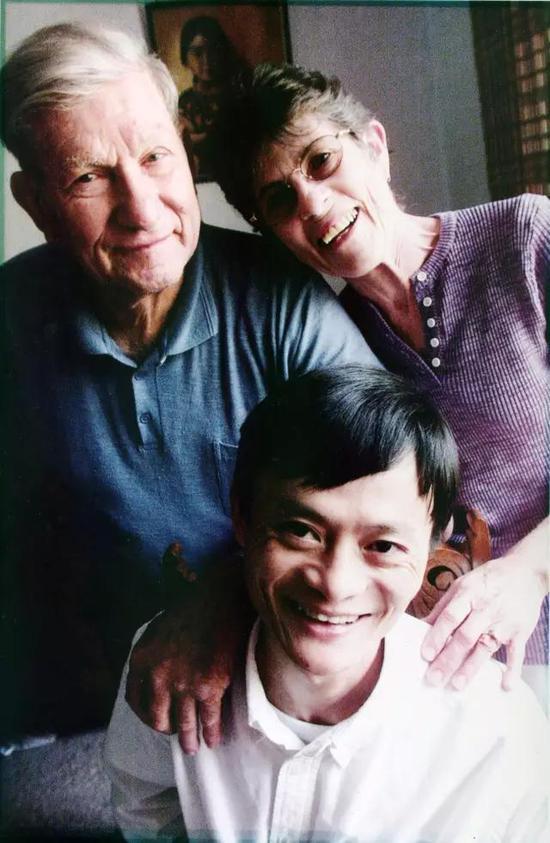 马云与Ken Morley夫妇。马云将Ken视为曾为自己打开世界之窗的导师。