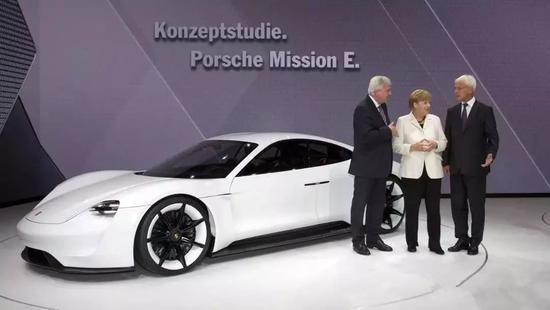 德国总理默克尔(中)为保时捷电动车站台
