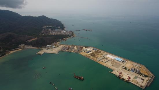 4月9日拍摄的三亚崖州湾科技城南山港(无人机照片)。
