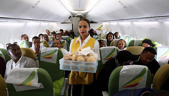 2018年7月18日,空乘人员在埃塞俄比亚航空飞往厄立特里亚首都阿斯马拉的ET314航班上为乘客提供早餐。图片来源:视觉中国