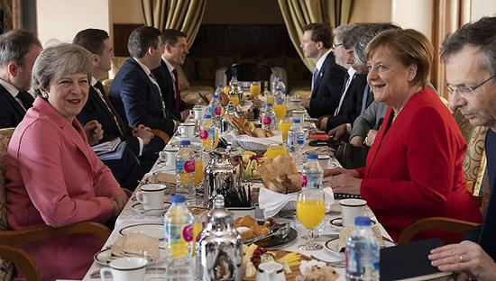 2月25日,埃及沙姆沙伊赫,在首届阿盟-欧盟峰会期间,特蕾莎·梅和德国总理默克尔共用早餐并举行双边会谈。
