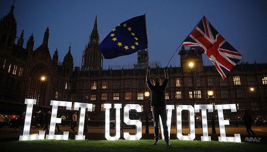 3月27日,英国伦敦,留欧派和脱欧派示威者集会抗议。