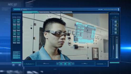 工程人员利用AR眼镜检查设备