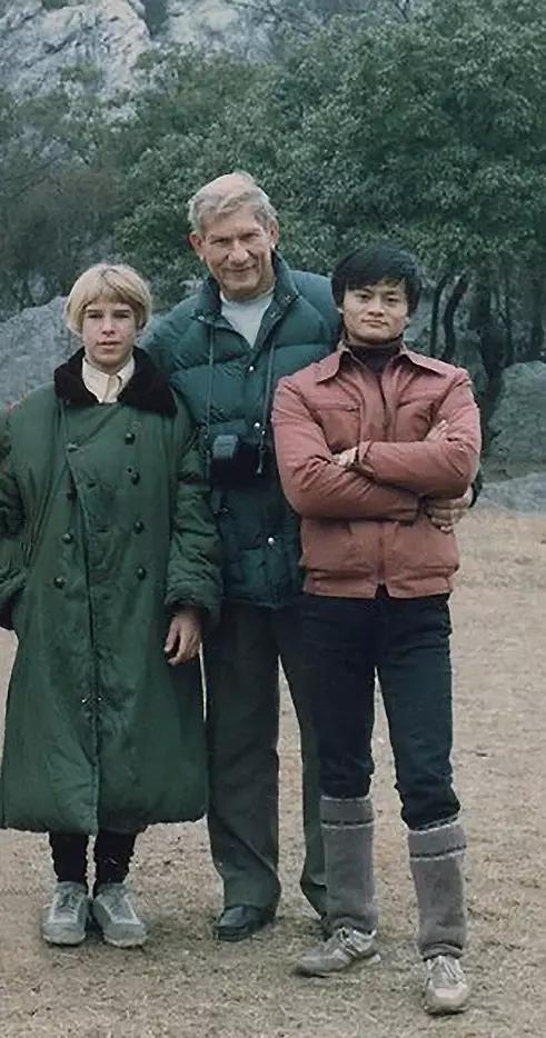 图中从左至右分别为:斯蒂芬·莫利、肯·莫利、马云。摄于杭州