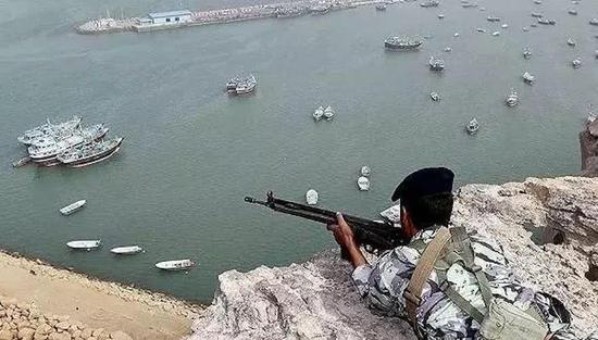 图为伊朗海军在霍尔木兹海峡附近的阿曼海进行军事演习。图片来源:视觉中国