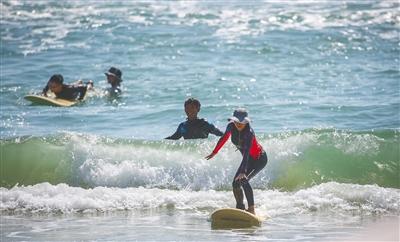 11月17日,2019年海南親水運動季沖浪體驗營在萬寧日月灣開營,來自全國各地的沖浪愛好者在日月灣體驗沖浪運動樂趣。
